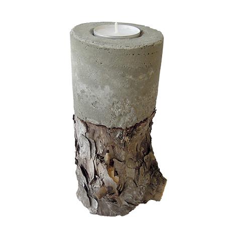 Bougeoir en béton sur tronc d'arbre